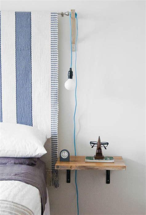 vicino al letto installare un comodino appeso vicino al suo letto i