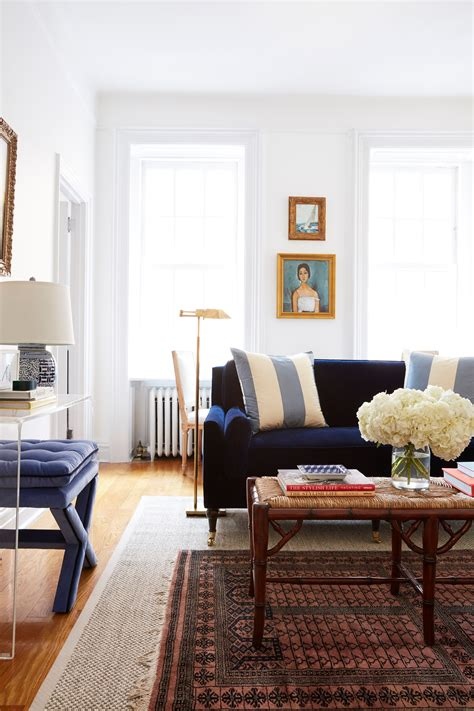 A Living Room Furniture Layout That Maximizes a Small