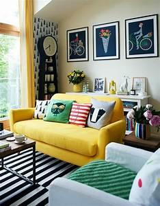 on a choisi 50 housses de coussins pour trouver la meilleure With tapis jaune avec coussin de canape 60x60