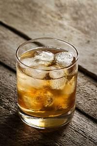 Holztisch Mit Glas : tasty bunte kalt alkohol trinken whisky mit eis im glas auf holztisch download der ~ Frokenaadalensverden.com Haus und Dekorationen