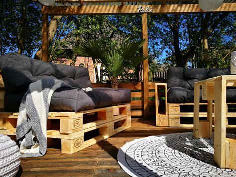 mit paletten bauen terrasse aus paletten mit palettensofa selber bauen