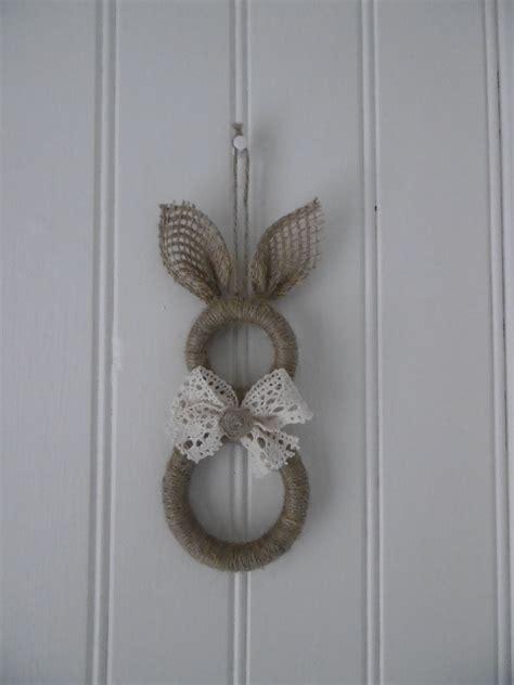 lapin avec des anneaux de rideaux en bois noel