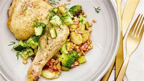 Kviešu grūbas ar dārzeņiem, vistas kāju un gurķu salātiem ...