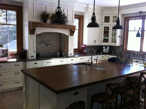 armoire de cuisine en merisier blanc avec comptoir de granite hotte d 233 corative et utilitaire