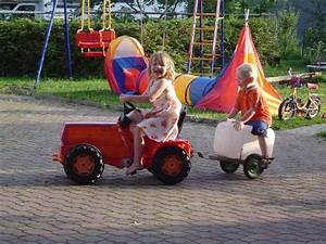 Auto Rutsche Kinder : spielplatz mit schaukel rutsche sandkasten und vielen fahrzeugen f r die kinder kinder und ~ Frokenaadalensverden.com Haus und Dekorationen
