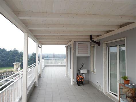 tettoia legno tettoia in legno per eterno su balcone finitura bianco