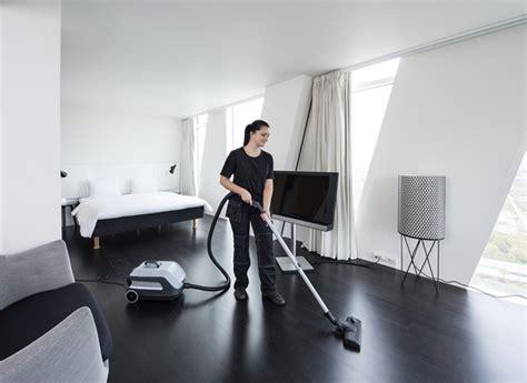 nettoyage chambre hotel aspirateur poussière nilfisk vp600 aspirateurs