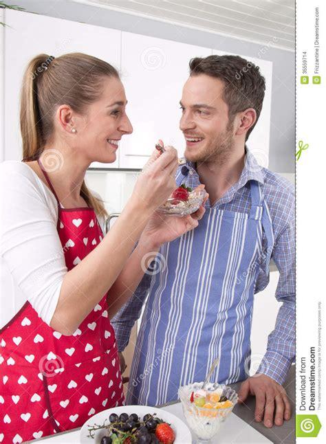 l amour dans la cuisine les couples dans l 39 amour faisant cuire ensemble dans la