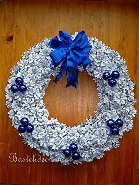 weihnachtskraenze basteln weihnachtsbasteln tannenzapfen kranz
