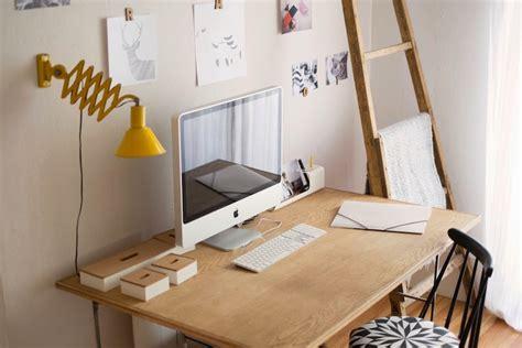 bureau pour imac bureau vintage en bois avec une le jaune et un imac