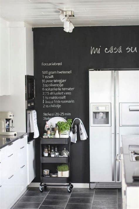 eine riesen tafel f 252 r alle rezepte in der k 252 che tolle ideen mit tafelfarbe wandgestaltung