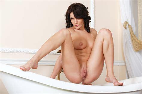 Magnifique Femme Sexy Nue Dans La Salle De Bain Photos Rotiques Gratuites De Filles Nues