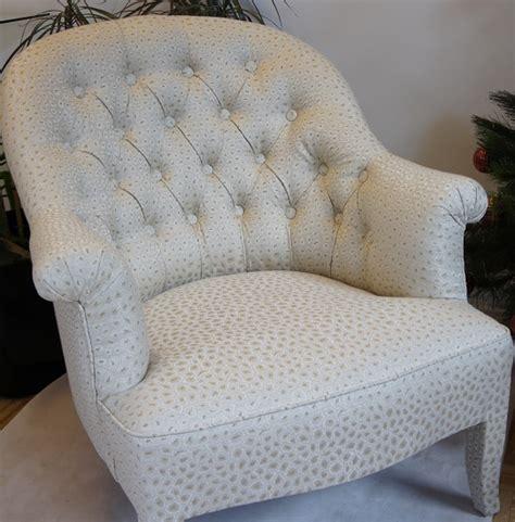 recouvrir un fauteuil crapaud le capiton tapissier d 233 corateur