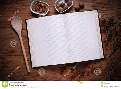 livre sur la cuisine livre de cuisine sur la table photo stock image 37358980