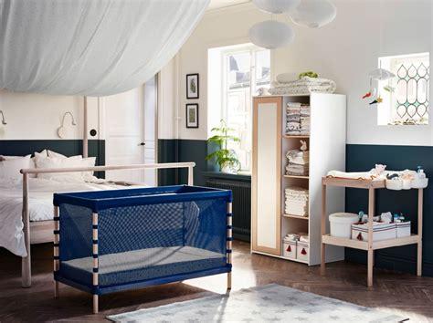 bebe dans chambre des parents sûr et confortable à la scandinave ikea