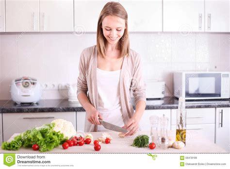 femme dans la cuisine femme faisant cuire dans la cuisine image stock