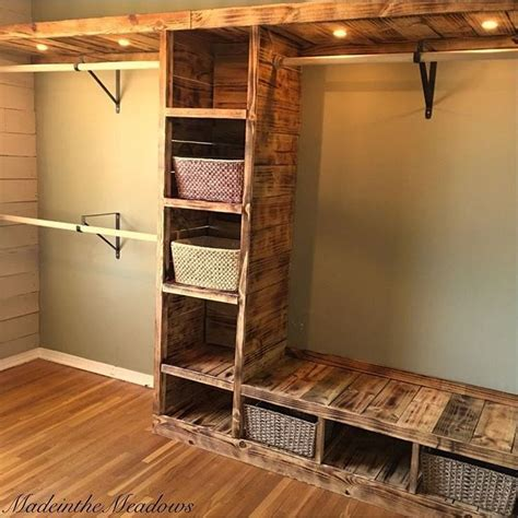 Building Your Own Closet by Best 25 Pallet Closet Ideas On Pallet