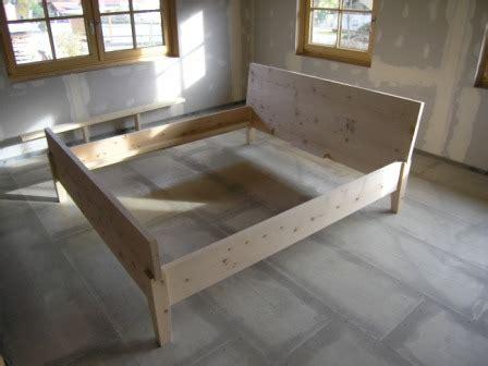 bett ohne füße ein bett ohne metall aus massiver zirbelkiefer