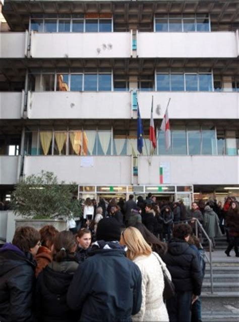 test d ingresso liceo linguistico manzoni 232 record di richieste per entrare al liceo