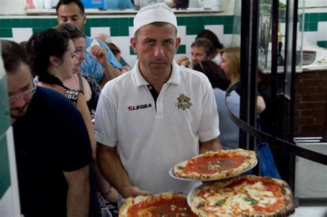 Pizza Da Michele a Forcella la pizzeria più famosa di
