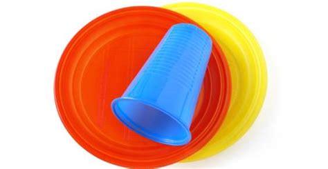 piatti e bicchieri di plastica colorati piatti e bicchieri monouso sono riciclabili aciam