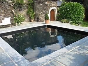 Quelle couleur de liner pour ma piscine le blog de la for Quelle couleur avec le bleu 10 piscine de couleur noire en pierre volcanique carrelage et