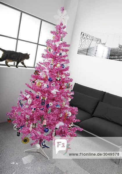 k 252 nstlicher rosa weihnachtsbaum in grauer wohnung