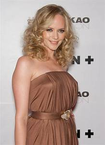 Light Brown Eyeliner Marley Shelton With Curls Around Her Shoulders And Leven
