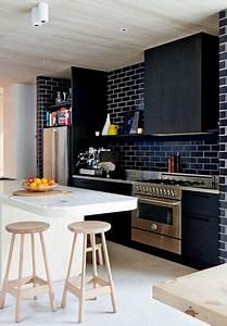 un mur en brique c39est style en deco de cuisine With kitchen cabinets lowes with papier peint brique blanche
