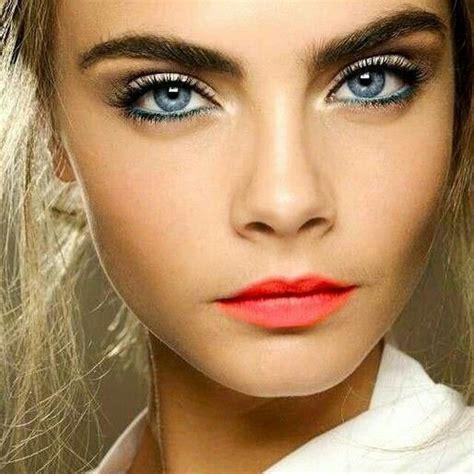 leichtes make up cara delivin make up mit rotem lippenstift leichtes highlighter an der nase am lippenherz und