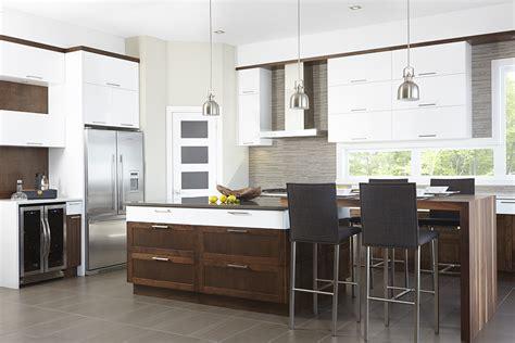 cuisiner avec un micro onde armoires de cuisine contemporaine en mdf blanc et merisier