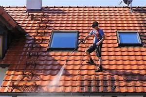 entretenir sa toiture nettoyage demoussage et hydrofuge With type de toiture maison 15 poser des tuiles minerales en beton pour la toiture