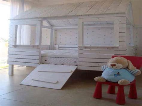 deco chambre avec palette lit cabane en palette pour egayer une chambre enfant