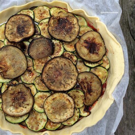cuisiner l aubergine à la poele tarte salée mozzarella aubergine et courgette a table avec
