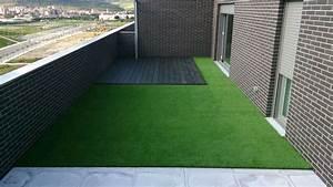 Terraza con tarima y césped artificial Césped artificial en Navarra Ikerna Garden