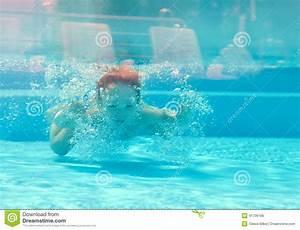 Rustine Piscine Sous L Eau : l 39 enfant heureux plonge sous l 39 eau dans la piscine photo stock image du actif mignon 41736186 ~ Farleysfitness.com Idées de Décoration