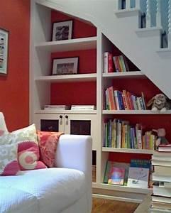 adoptez l amenagement sous escalier chez vous With meuble de cuisine en bois rouge 17 le miroir baroque est un joli accent deco