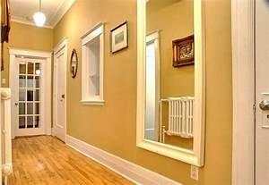 farbgestaltung flur ratschlage und beispiele in gelb With balkon teppich mit tapete spiegel