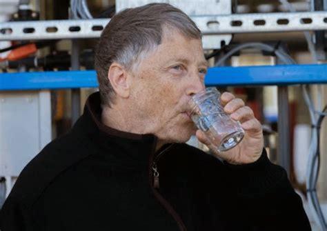 Una máquina depuradora proporciona agua potable a partir ...