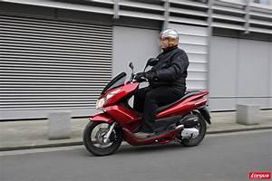 Honda 125 Pcx : honda pcx 125 un scooter urbain encore plus conomique l 39 argus ~ Medecine-chirurgie-esthetiques.com Avis de Voitures