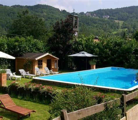 giardino con piscina foto giardino con piscina e solarium foto di albergo