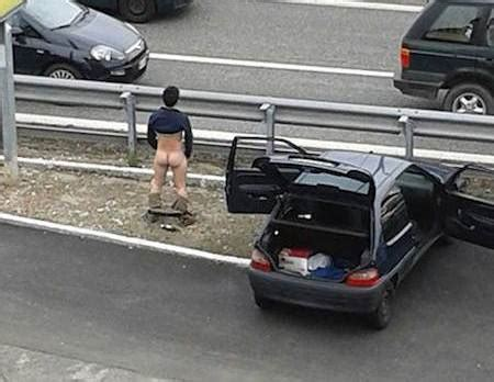 si馮e auto varese uomo esce dall 39 auto si spoglia e corre nudo in strada sologossip it