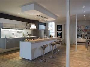 cuisine ouverte avec un mur au plafond pour delimiter l With idee deco cuisine avec grande table salle À manger moderne