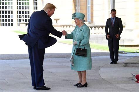 die geheimen taschen botschaften von queen elizabeth
