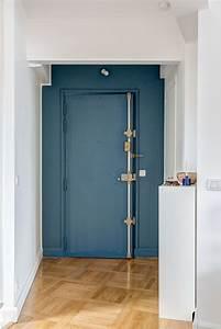 Porte D Entrée D Appartement : porte d 39 entr e bleu canard et parquet ancien r am nagement d 39 un 60 m2 parisien par mon concept ~ Melissatoandfro.com Idées de Décoration