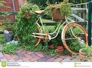 Puce De Jardin : d coration de jardin avec un vieux v lo image stock image 38196481 ~ Nature-et-papiers.com Idées de Décoration