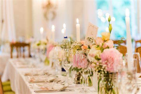 Tischdeko Mit Kerzen Und Blumen tischdeko bei der hochzeit f 252 r eine lange tafel mit blumen