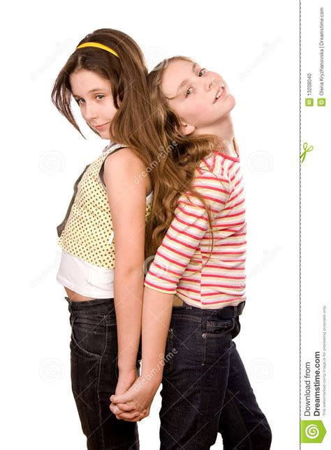 le si鑒e due ragazze che si levano in piedi e che abbracciano le fotografia stock immagine 13208040