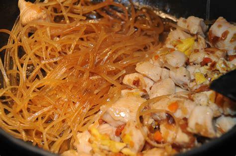comment cuisiner un poulet comment cuisiner nouille de riz