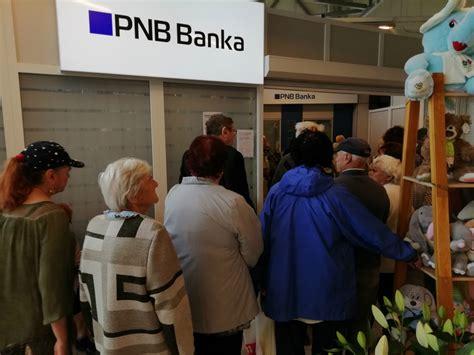 Jēkabpilī pie PNB bankas filiāles šorīt bija pulcējušies ...